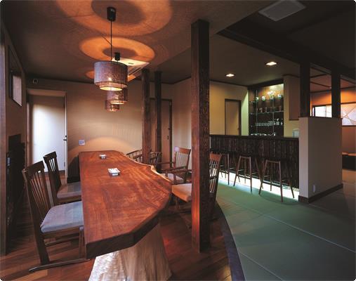 鹿鳴山荘にありますラウンジです。こちらのプランでご予約のお客様には、ご到着時のお抹茶と手作り和菓子はこのラウンジでご用意させて頂きます。また挽きたてコーヒーもご自由にご利用になって下さい。