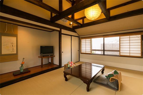 鹿鳴山荘【あやめ】別館唯一の2階のお部屋で、二間に分かれた広めのお部屋です。