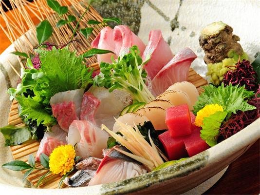 ★舟盛りの内容★ 朝に採れたばかりの新鮮なお魚!内容はお任せ。 (指定の魚が手に入らない場合がありますので) ※舟がない場合は、皿盛りでご用意となります。