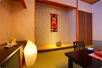 リニューアルされた和風モダンなバストイレ付きの禁煙室です。 インテリアの民芸品はスタッフお手製です。