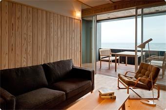 心地よい無垢の桧や杉を使った和モダン風のつくり。 和室と桧無垢床のリビングルームが一続きになったレイアウト 全ての客室タイプの中で最も広い海側テラスがございます。  【客室ロケーション・眺望】 ・オーシャンフロント(波打ち際より約50m) ・パノラマオーシャンビュー  【その他】 ・客室冷蔵庫に無料のお飲み物をご用意  (ビール、その他アルコール、ソフトドリンク等) ・高速インターネット接続無料 ・iPod/iPhoneドック/USB対応CDデスクトップオーディオ ・DVDプレーヤー付