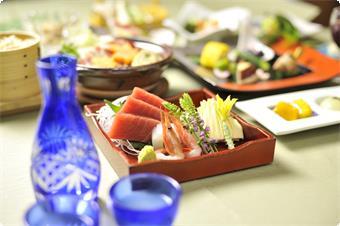 温かいものは温かく、冷たいものは冷たく。 旬の素材を取り入れた会席料理をお楽しみください。