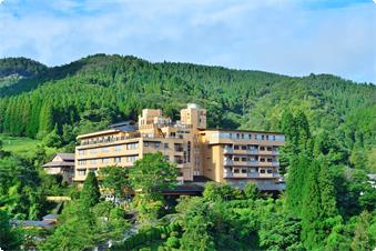 雄大な山々にに囲まれたホテル。