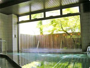 水上温泉を贅沢に流した大浴場