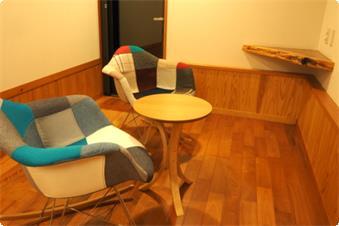 【別館つばき】滝の見えるティールーム。椅子がステキな居心地なんです(^^)