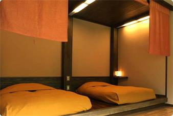 【別館かえで】ツインベッド。ゆっくりと流れる時間をお二人でお楽しみいただくには最適のお部屋です。