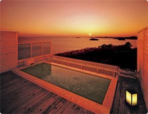 天空露天風呂・足湯《天音の湯》の露天風呂からは三河湾に沈む美しい夕日が。最高のシチュエーションでご入浴をお楽しみ頂けます。