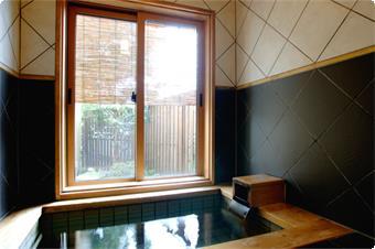・温泉内湯付客室 吉祥の間のお風呂。 ・ゆったりお風呂で、お客様だけの温泉がお楽しみ頂けます。