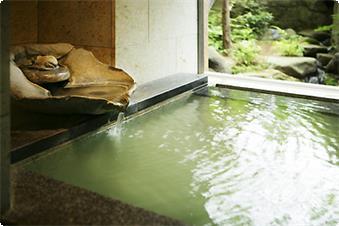湯の香が薫る湯量豊富、効能豊かな源泉かけ流し100%の温泉を心ゆくまで。