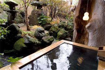 「月待ちの湯」檜造りの庭園露天風呂