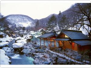 雪景色の「摩訶の湯」(混浴100畳)と宝川