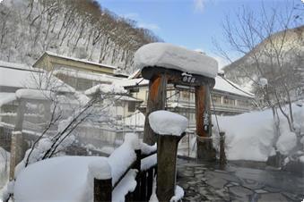 汪泉閣から露天風呂へはつり橋を渡ります 雪山散策!『冬のアドベンチャープラン』 スノーシューツアー:サブ