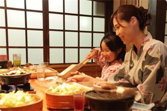 全室宝川沿い本館(温水洗浄トイレ付)客室にご宿泊のお客様は個室風食事処「竹庭にて」山里会席料理をお召し上がりいただきます。
