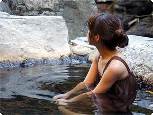 ご宿泊の女性のお客様には無料で「湯あみ着」をレンタルいたします。混浴露天風呂も安心してご入浴いただけます。