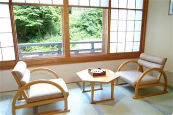 【本館 客室一例】(温水洗浄トイレ付)清流・宝川の自然美を満喫下さい。
