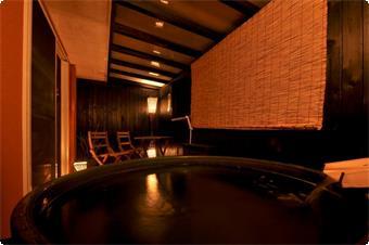 和洋室に備わる陶器風呂!