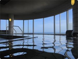 海の見える展望大浴場です。ご利用時間は15時~24時、翌5時半~9時までとなっております。