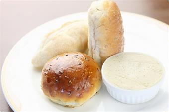 当館で手作りをしてお出ししています、『アンチョビとハーブのバター』がたくさんのお客様よりご好評をいただいております。