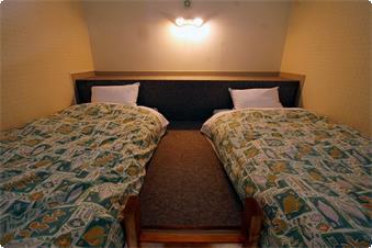 ロフト付きのお部屋のロフト部分です。 秘密基地のようなロフトはお子様に大人気です。2式のお布団が敷けますので最大4名までご宿泊いただけます。 梯子が急なため小さなお子様やご年配の方は1階のベッドをご利用ください。