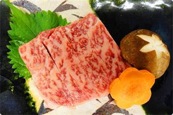 あつみ牛のサーロインステーキは山葵、ローズソルト、アオサのタレの3種類で召し上がっていただきます。