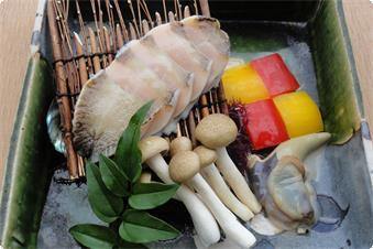 活アワビの石焼きは肝バター又は磯の香り立つアオサのタレで召し上がっていただきます。