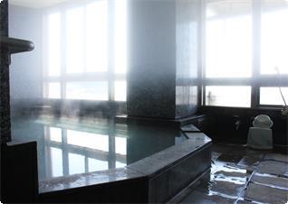 源泉かけ流し オーシャンビューの大浴場です。
