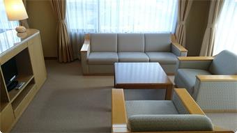 ソファーコーナーでゆっくりとした時間をお過ごしください。窓からは利根川や榛名山が一望できます。