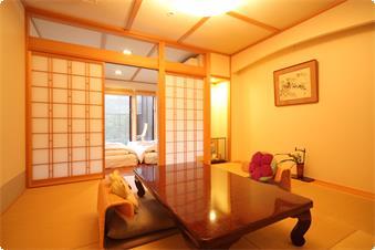 鹿鳴山荘露天風呂付き和室 竹の間です。お部屋の名前にちなみ庭には竹が植えられております。露天風呂は、緑の陶器の湯船です。