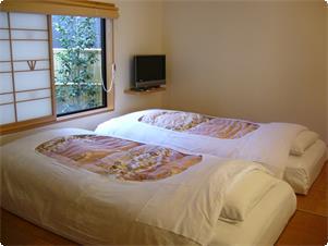 鹿鳴山荘 露天風呂付き和、洋室のお部屋です。  木の香りのするヒノキのお風呂がついています。