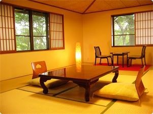 本館、西側にありますトイレ付和室【菊】 二方の窓からは、奈良公園の緑と草を食む鹿の姿を見受けられる事もあります。