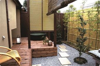 鹿鳴山荘 竹の間 デッキから露天風呂の眺め