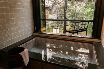 レトロなタイル作りのお風呂は、お部屋の古材の大きな梁にマッチした雰囲気です。