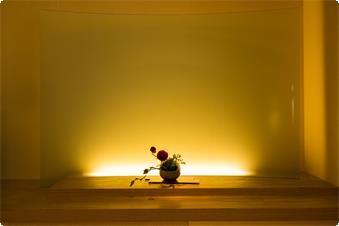 間宮吉彦氏デザインのスタイリッシュなお部屋です。市松模様の琉球畳や大きなガラスの半間接照明など、外国の方にも評判のお部屋です。