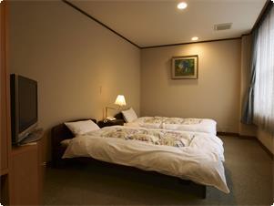 ・和洋室-信楽焼風呂付・畳敷きベッド(半バリアフリー対応)  ・こちらの和洋室は1室のみです。車椅子での利用可能です。 食事時の高テーブルも用意可能。この和洋室を利用希望の場合は 対象となるプランを必ずご予約下さい。毎日1室限定の先着順。