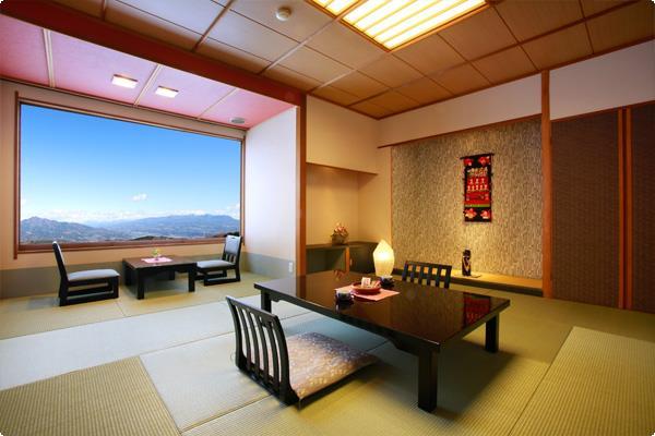 リニューアルされた和風モダンなバストイレ付きの禁煙室です。 窓から明るい光が差し込みます。