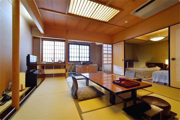 当館自慢の特別室。広いお部屋に自慢の樽風呂。