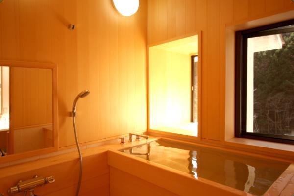 【別館かえで】温泉ではありませんが、木の香りが心地よい檜風呂!山並みの景色がご覧いただけます!