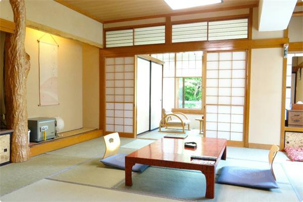 【本館角部屋 客室一例】(温水洗浄トイレ付)窓の外には清流・宝川が流れるております。