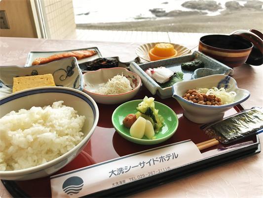 当館の朝食は和食膳となっております。 焼き魚、しらす、納豆、当館特製「のりわさびの佃煮」など…ご飯がすすむおかずをご用意いたします。