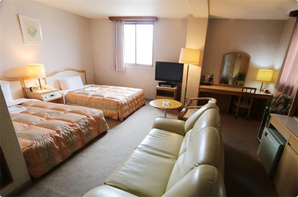 広々としたお部屋に、ダブルのベッドを二つしつらえたスペシャルルームです。日常から離れ、優雅な雰囲気の中で、ゆったりとお過ごしください。