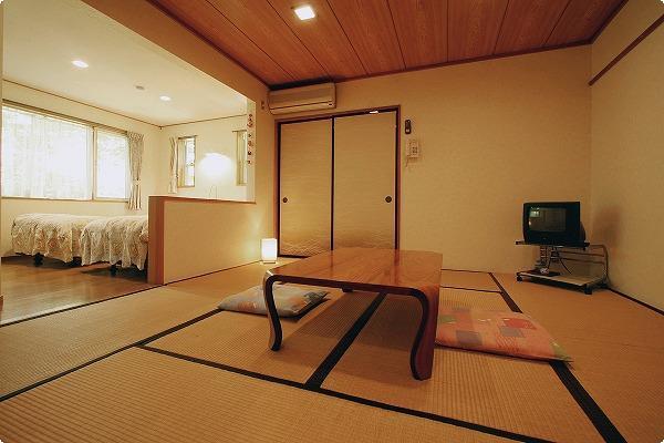 8畳和室とツインベッドのあるお部屋です。6名までご利用いただけますので、家族旅行やグループ旅行に最適です。また、乳児や小さなお子様連れのお客様も畳のお部屋があるので安心です。