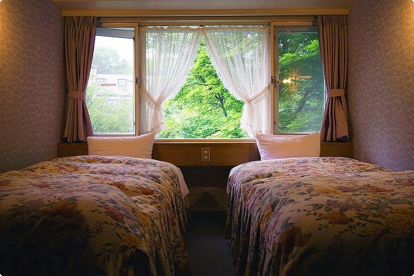 ロフト付きのお部屋の1階部分です。 ツインベッドになります。 ロフトには2式のお布団が敷けますので最大4名までご宿泊いただけます。 梯子が急なため小さなお子様やご年配の方は1階のベッドをご利用ください。