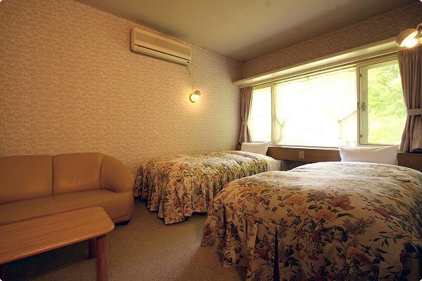 バストイレ付ツインルームです。 カップルやご夫婦の旅行にお勧めです。