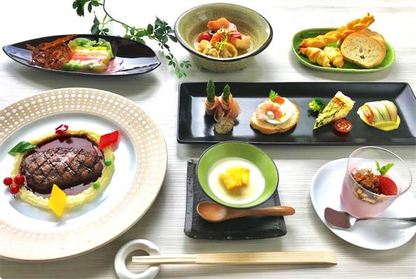飛騨牛のステーキ、地元産品の前菜、彩り野菜のテリーヌ、ポタージュスープ、アクアパッツァ、季節のデザートなど