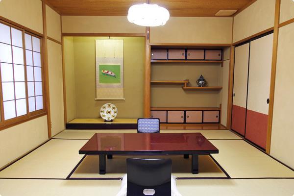 窓を開けると壁しか見えませんが、和室ならではの畳が心地よい条件付き一般客室。