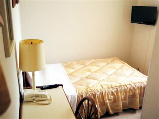 客室面積は約10㎡。決して広くはありませんが、こじんまりとまとまったお部屋になります。