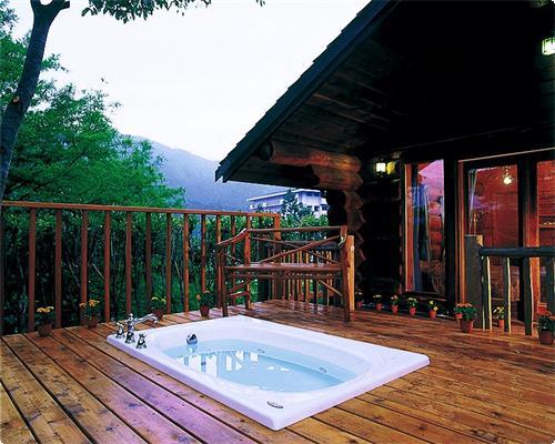 オープンジャグジー付コテージログタイプ 1701・1703・1706号室 オープンジャグジータイプの露天風呂がございます。 囲いがございませんので要水着着用となっております。水着をご持参下さいませ。 1階建てのログハウス。ツインベッドルーム2室・リビング・バストイレ