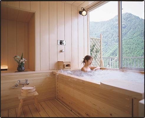 3室限定 お部屋の中に檜の展望風呂がございます。 小さなお子様連れのお客様・カップルに人気です。