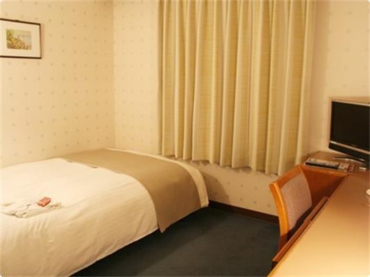 ラージシングル【13.1㎡】。ゆったりしたシングルルームです。 ベッド幅120cmのセミダブルベッドを採用。
