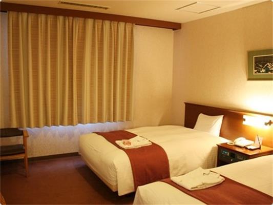 ラージツイン【20.1㎡】。ゆったりとしたツインルームです。 ベッド幅120cmのセミダブルベッドを2台。